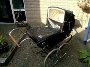 160915 406 kinderwagen te koop - klaargezet voor reportage in de krant