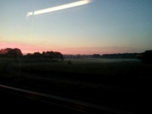 160922 444 weilanden bij Apeldoorn in mist en morgenrood - vanuit de bus