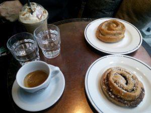 016 Kafe och kanelbullar