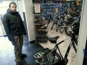 161105-203-fiets-van-de-zoon-gejat-dus-nieuwe-kopen
