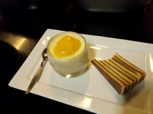 Pannacotta met mango en spekkoek