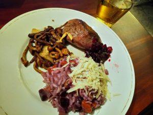 Hertenbiefstuk met cranberrysaus, wortelrisotto en paddenstoelen