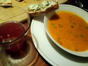 wortelsoep met pompoenbrood en gezouten boter