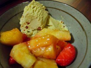 pistache-ijs met ananas en aardbei