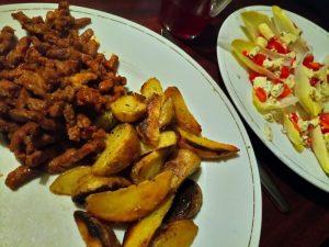 lamsshoarma met gebakken aardappelen en paprikawitlofsalade