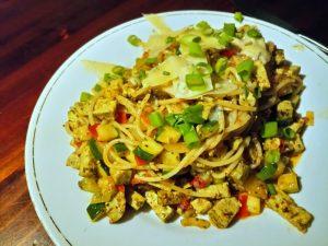 spaghetti met basilicumtofu, bosui, ui, peper, courgette, kaas