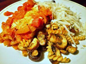 visschotel met tomaten; kastanjechampignons met bosui en parmesan