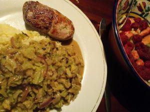 Curry van uien peper en groene kool met lamsfilet